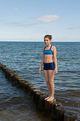 Mädchen in Bikini an Ostsee - p1311m1143972 von Stefanie Lange