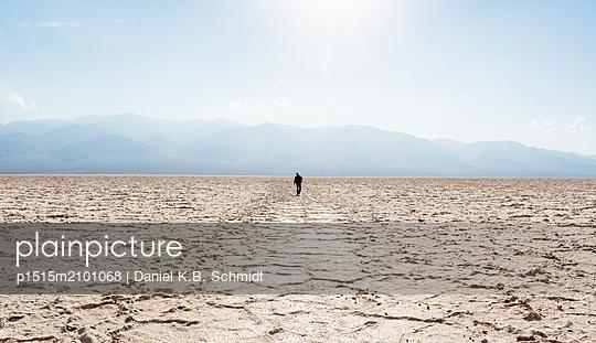 Aufbruch in unwirtlicher Landschaft (Death Valley) - p1515m2101068 von Daniel K.B. Schmidt