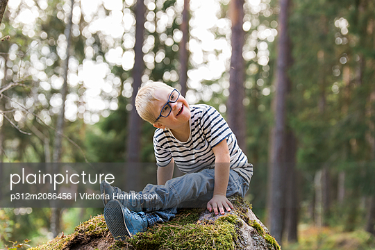 Boy posing in forest - p312m2086456 by Victoria Henriksson