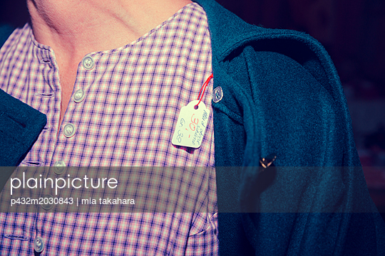 Preisschild hängt aus der Kleidung - p432m2030843 von mia takahara