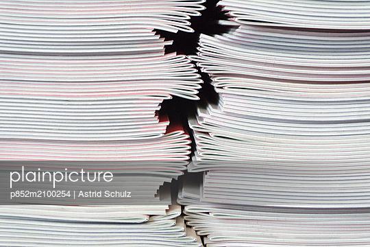 Gestapelte Schulhelfte - p852m2100254 von Astrid Schulz