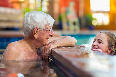 Caucasian grandfather and granddaughter in swimming pool - p555m1522927 by Marc Romanelli