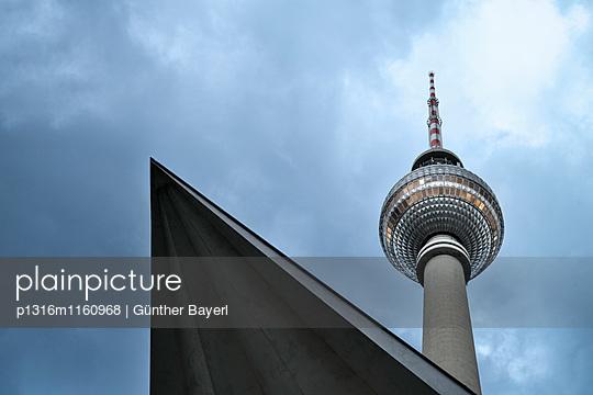abstrakter Blick nach oben zum Fernsehturm am Alexanderplatz, Bundeshauptstadt Berlin, Deutschland - p1316m1160968 von Günther Bayerl