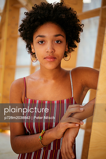 Female teenager in summer dress - p728m2038843 by Peter Nitsch