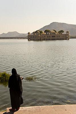 Wasserpalast im Man Sagar Lake - p162m763137 von Beate Bussenius