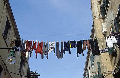 Wäsche von Fenster zu Fenster - p1870198 von Katarzyna Zommer