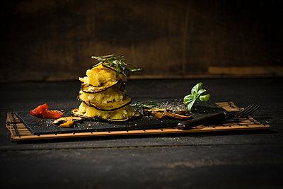 Vegan layered tower, potato mash, aubergine, zucchini and champignon - p300m2005499 by Roman Märzinger