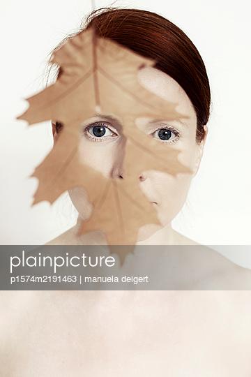 Portrait mit Herbstlaub - p1574m2191463 von manuela deigert