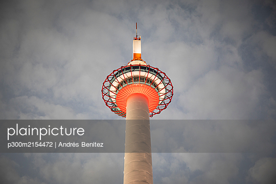 Japan, Kyoto Prefecture, Kyoto City, Low angle view of Kyoto Tower standing against clouds - p300m2154472 by Andrés Benitez