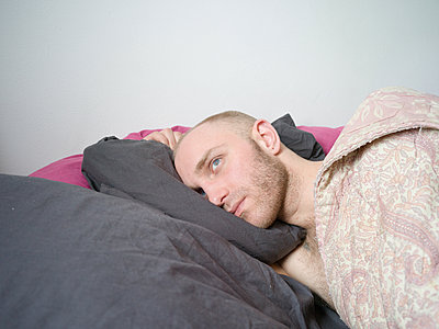 Man with bald head in bed - p1267m2043237 by Jörg Meier