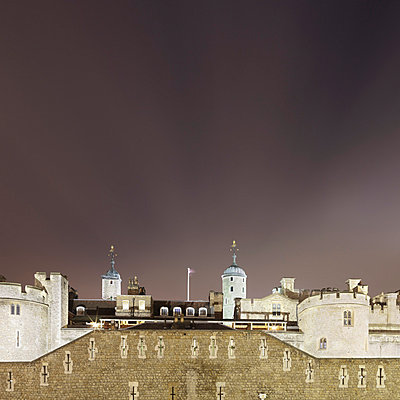 Castle lit up at night - p429m756372 by Alex Holland