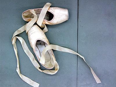 Ballettschuhe, Ballerinas - p979m1546323 von Martin Kosa