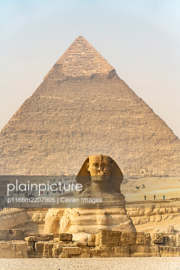 Tourists come to visit the pyramids of Giza, Egypt - p1166m2207905 by Cavan Images