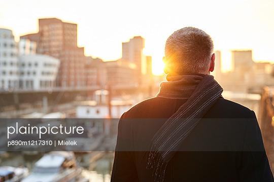 Rückansicht Mann im Medienhafen Düsseldorf - p890m1217310 von Mielek