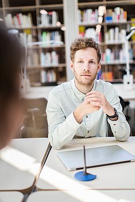 Student in der Bibliothek  - p1284m1452055 von Ritzmann