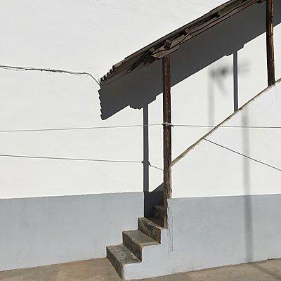 Überdachte Treppe an weißer Wand - p1401m2270150 von Jens Goldbeck