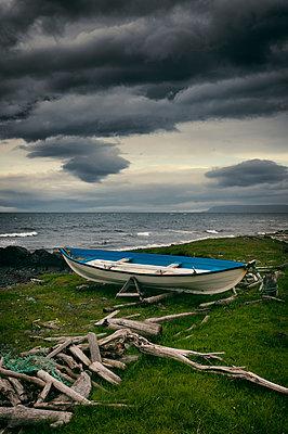 Boot am Treibholzstrand - p470m1207924 von Ingrid Michel