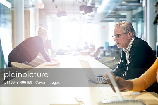plainpicture | Photo library for authentic images - plainpicture p1166m1486159 - Business people working in ... - plainpicture/Cavan Images