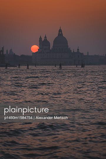 Sonnenuntergang hinter der Salute-Kirche, Venedig - p1493m1584754 von Alexander Mertsch