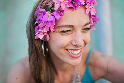 portrait of a beautiful laughing young woman - p1166m2159500 by Cavan Images