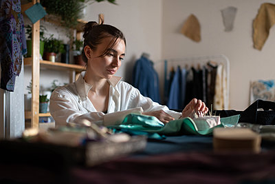 Young woman working in home atelier - p1166m2218565 by Cavan Images