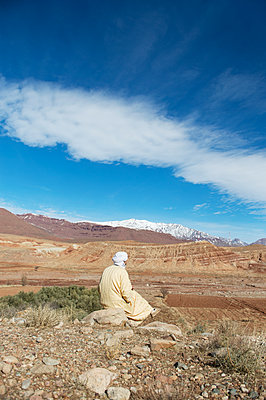 Morocco, Man with turban looking at the Atlas Mountains - p1167m2269959 by Maria Schiffer