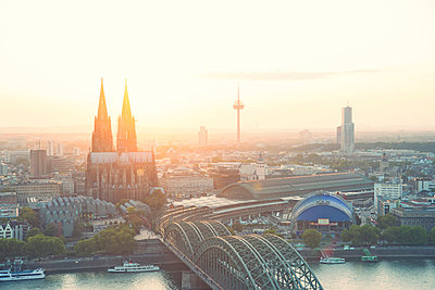 Germany; North Rhine-Westphalia; Cologne; city view with Cologne Cathedral and Colonius at evening twilight - p300m919840 by Andreas Pacek