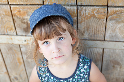Little girl wearing cap - p699m1525697 by Sonja Speck