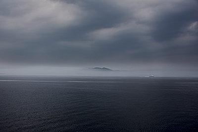 Schiff im Nebel - p877m1475159 von Julia Wagner