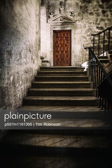 Treppe und Eingang zum Kloster - p597m1161395 von Tim Robinson