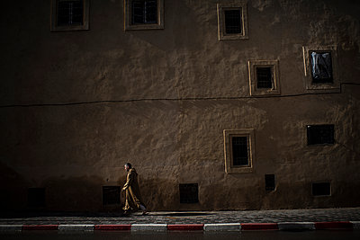 Person walking in a street at night - p1007m1221907 by Tilby Vattard