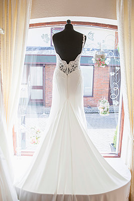 Wedding dress placed in window of bridal shop - p1026m1164211 by Patrick Frost
