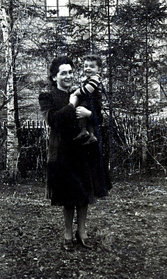 Mother carrying child in her arms - p1541m2172489 by Ruth Botzenhardt