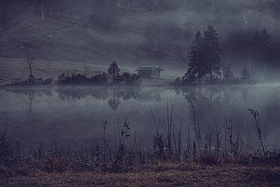 Deutschland, Bayern, Karwendel, Hütte am See - p1600m2229825 von Ole Spata