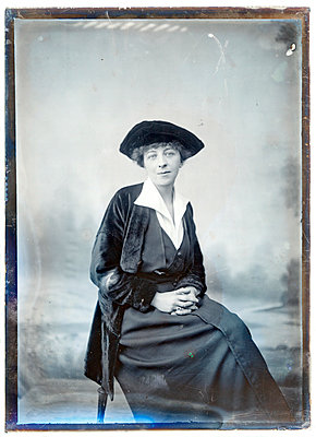 Vintage photograph, lady with hat - p265m1487135 by Oote Boe