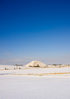 SILBURY HILL, Wiltshire. General view of the monument under snow. Part of the Avebury World Heritage Site.  - p855m2219147 by Historic England