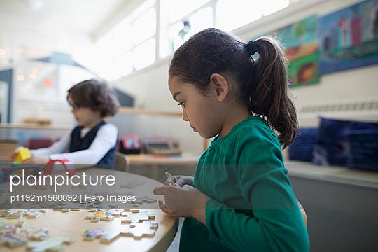 plainpicture | Photo library for authentic images - plainpicture p1192m1560092 - Focused preschool girl asse... - plainpicture/Hero Images