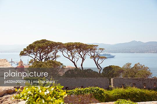 Blick auf die Bucht von Saint-Tropez - p432m2021219 von mia takahara