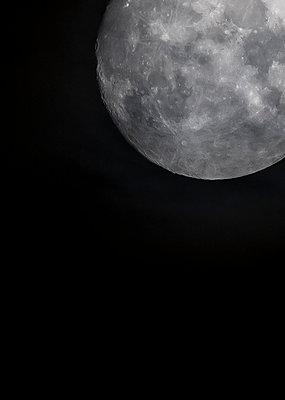 Full moon, dark sky, eerie atmosphere - p179m2179759 by Roland Schneider