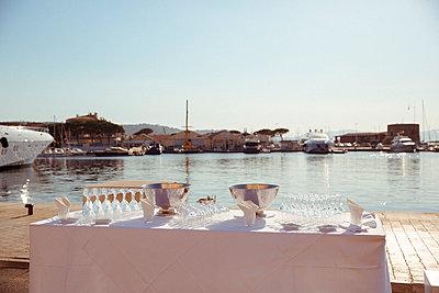 Partyvorbereitungen in St. Tropez - p432m1586446 von mia takahara