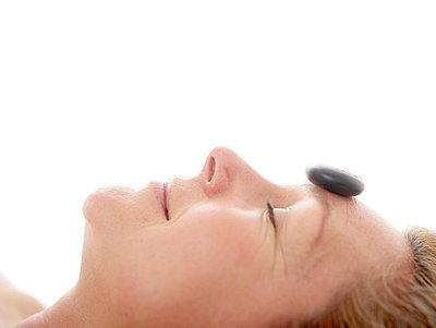 Frau bei der Hot Stone Behandlung  - p6430126 von senior images