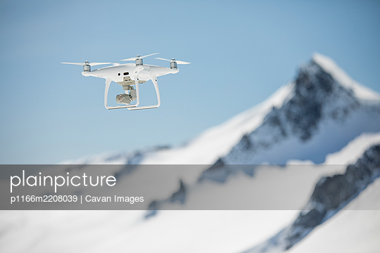 Aerial drone fling in high altitude mountain range. - p1166m2208039 by Cavan Images