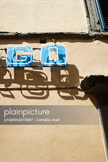 Leuchtschriftzug an Fassade - p1620m2215587 von Cornelia Greil