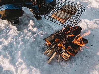 Lagerfeuer und Picknick im Schnee - p1497m1584145 von Sascha Jacoby