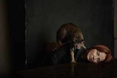 Portrait mit Katze - p1577m2217419 von zhenikeyev