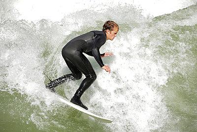 Surfer auf dem Eisbach, München, Bayern, Deutschland - p473m923094f von STOCK4B-RF