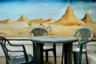 Cafe with mural in background - p491m1132541 by Ernesto Timor