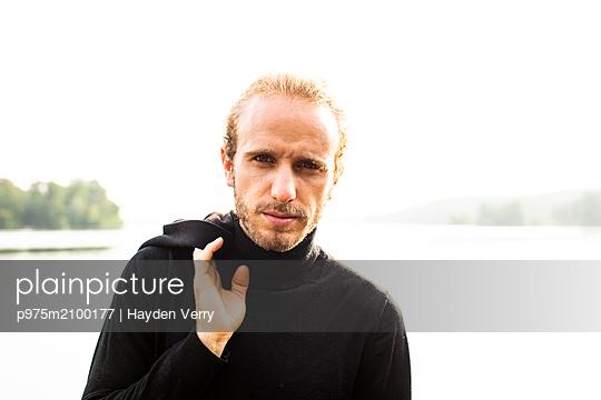 Junger Mann, Portrait - p975m2100177 von Hayden Verry