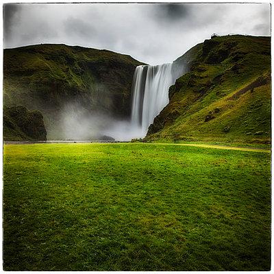 Wasserfall Skogafoss - p1154m1110222 von Tom Hogan