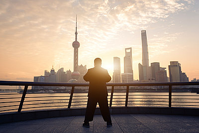 China, Shanghai, skyline with person doing morning sports - p300m1585429 by spreephoto